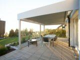Terrassenüberdachung mit Solarzellen im Sonnenschein